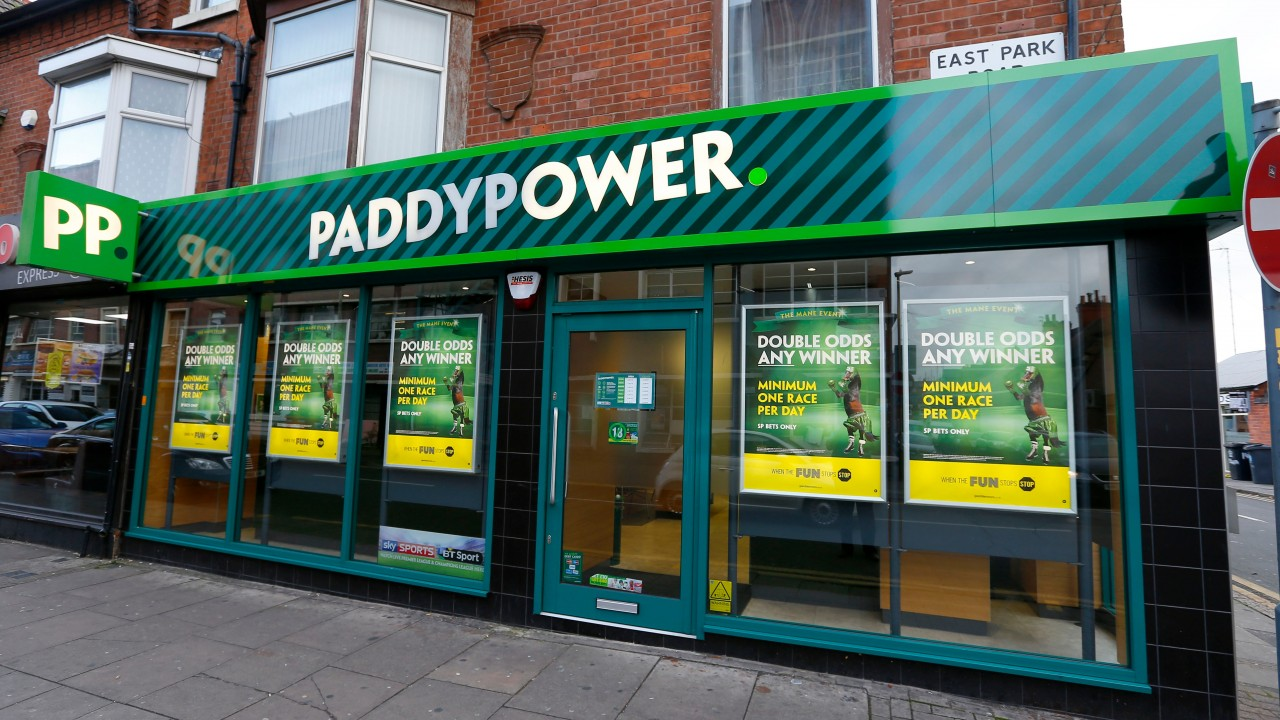 Paddy Power unveil window shopper tribute to Ed Woodward in Manchester, The Manc